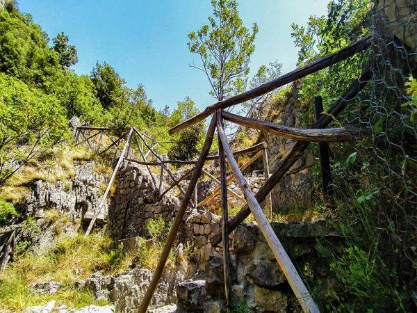 scalini verso il punto panoramico sul sentiero li vurgacci