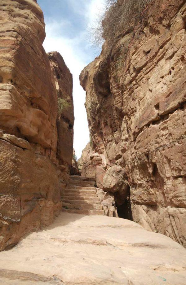 scalinata scavata nella roccia in mezzo al canyon verso monastero ad deir a petra