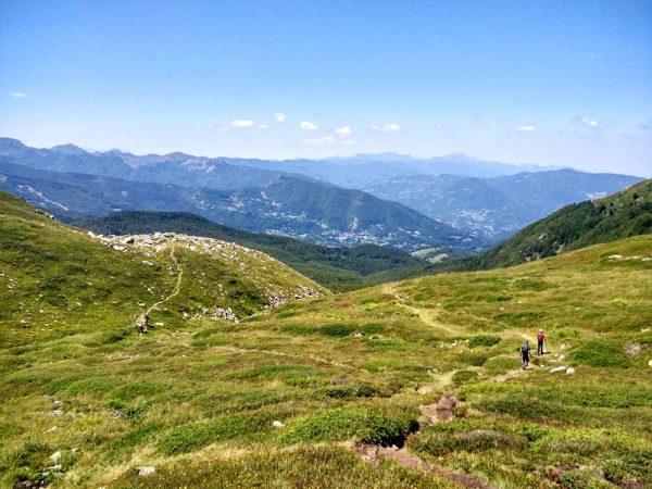 paesaggio sulle montagne dal libro aperto