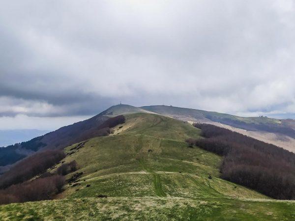 crinale di montagna pratomagno con colline sali scendi