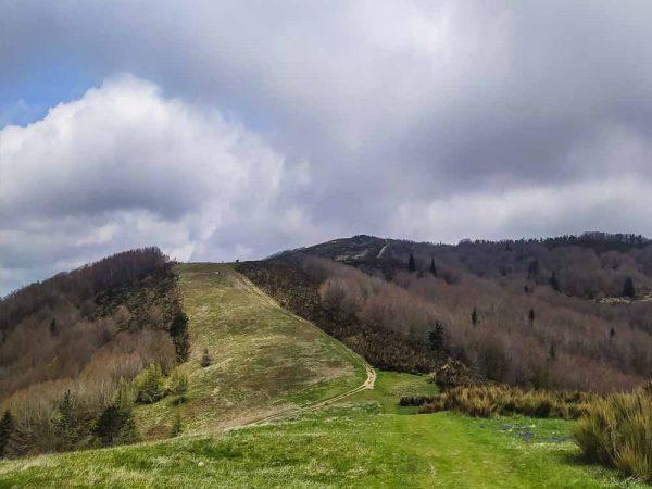 sentiero sulle colline da spada nella roccia