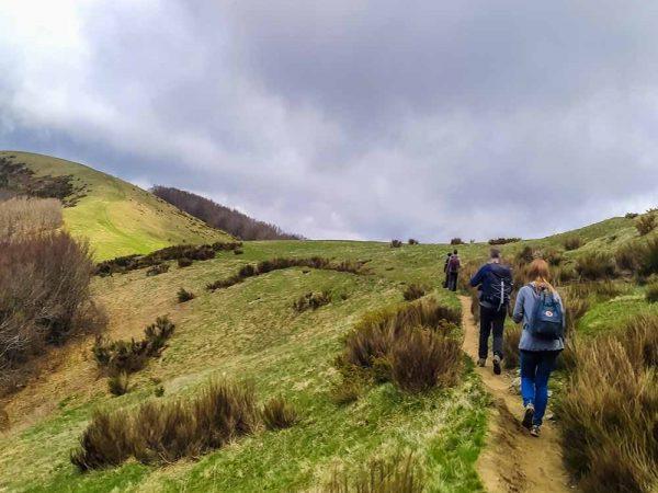 pratomagno persone che camminano sul crinale di montagna