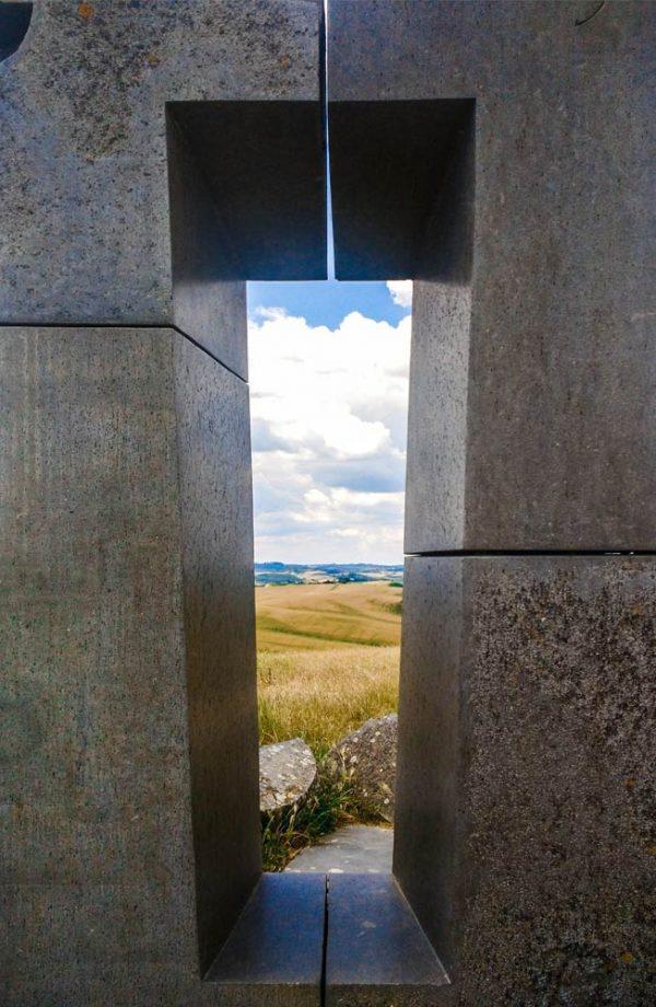 site transitoire opera monumentale in pietra a forma di finestra tramite quale si vedono le biancane di leonina