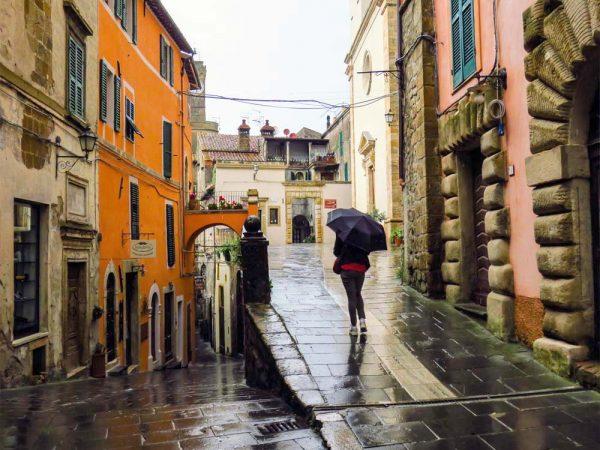 persona con ombrello nel centro di sorano città del tufo