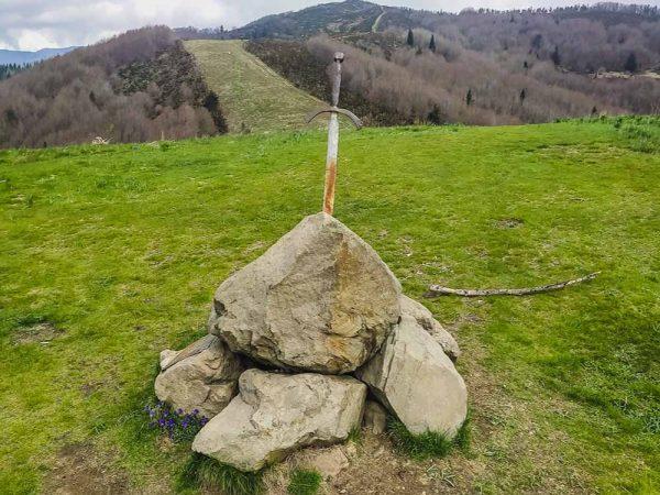 spada conficcata nella roccia
