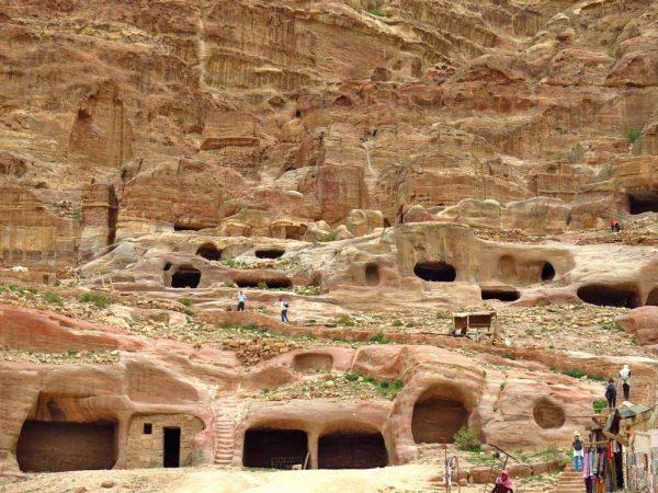 strada delle facciate con tombe scavata nella montagna a petra