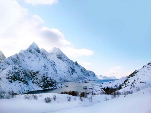 fiordo tra le montagne innevate alle isole lofoten