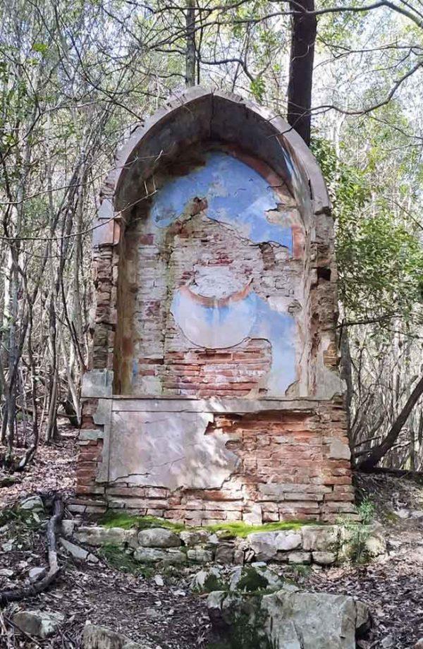 rovine di un tabernacolo nel bosco all'interno del parco della ragnaia