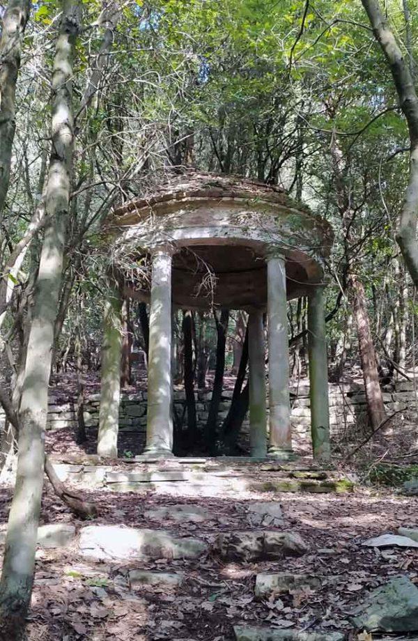 pempietto neoclassico nel bosco nel parco della ragnaia