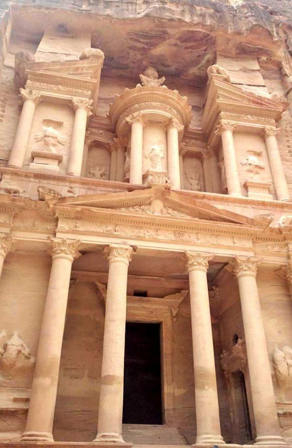 facciata scolpita nella roccia del tesoro a petra