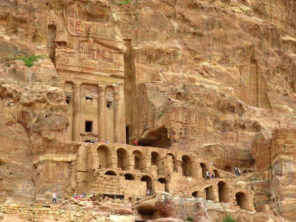 tomba dell'urna scavata in pietra a petra