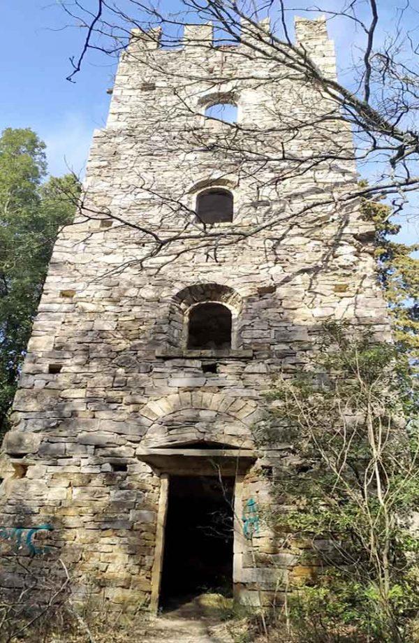 torre quadrata in pietra nel parco della ragnaia