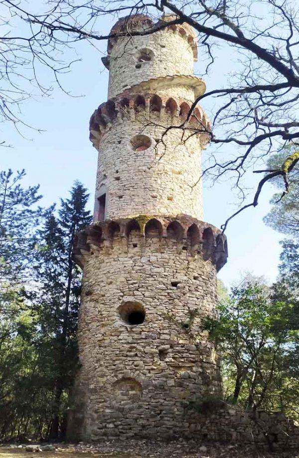 torre tonda in pietra nel parco della ragnaia