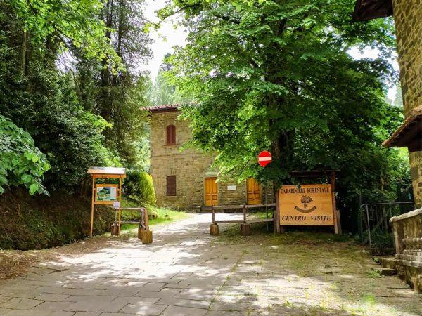 l'edificio dei carabinieri forestali circondata dal bosco accanto all'abbazia di vallombrosa