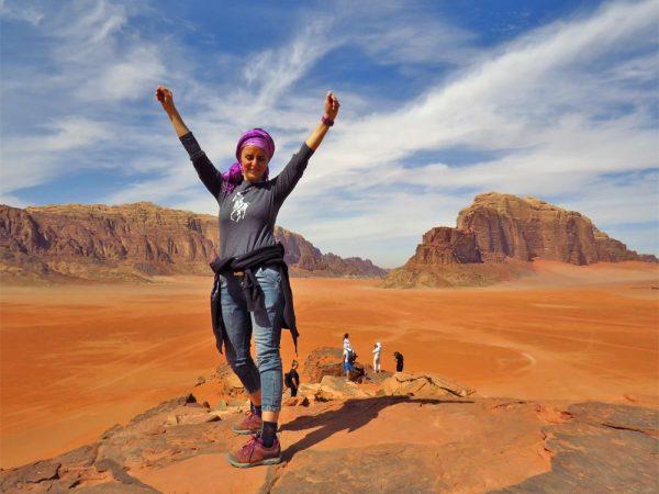 persona in cima alla montagna nel deserto di wadi rum