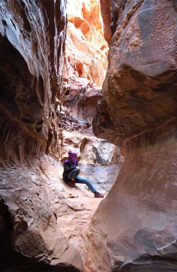 persona all'interno di una fessura rocciosa nel canyon di wadi rum in giordania